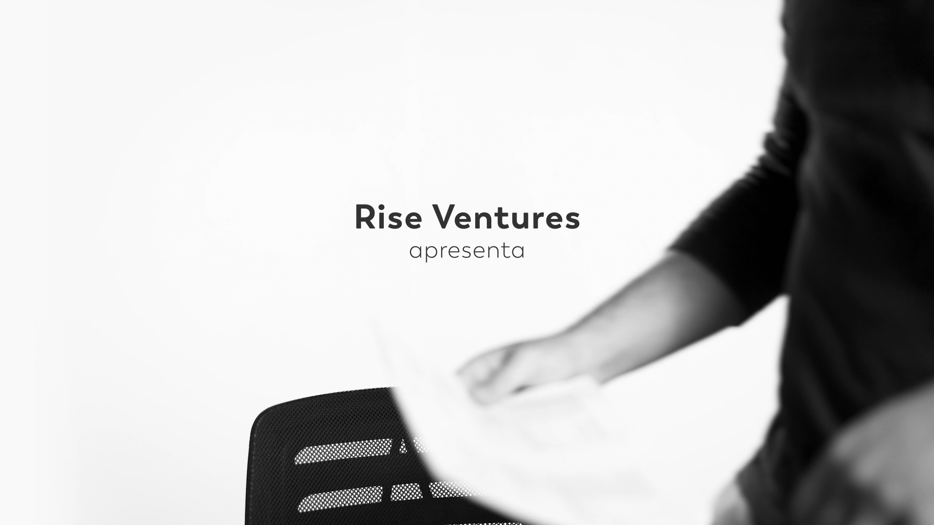 set de filmagem com fundo branco e logo do Venture Studio Rise Ventures